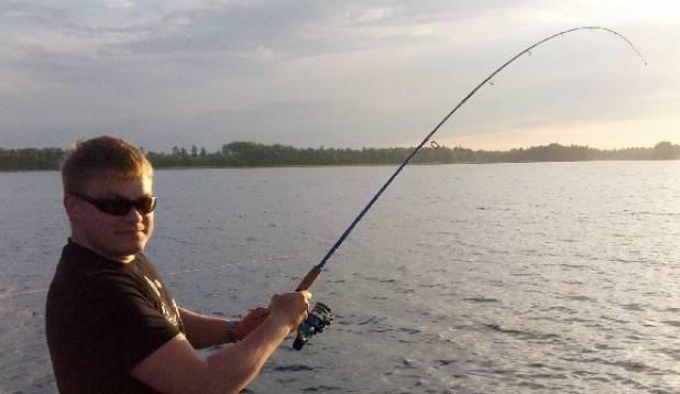 Siin jutustatakse aga lugu, kuidas pärast tööpäeva on mindud kalale, ilm on olnud ilus ja tuulevaikne ning painduv ritv viitab edule. Kui pildile lisada veel pildid oma väljapüütud saagist, podisevast uhhaakatlast... Oo, hetk, peatu! Foto: kalale.ee