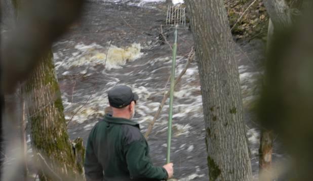 RÖÖVPÜÜDJA AKTSIOONIS. Ikka leidub neid, kes soovivad kasutada ebaseaduslikke püügivahendeid ja seda eriti kudevate kalade tabamiseks. Pildil ahinguga saaki varitsev röövpüüdja. Foto: Keskkonnainspektsioon.