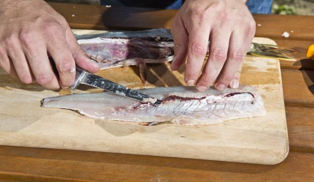 3.Lõikest tekkinud küljelt eemalda ribid, lõigates suunaga endast väljapoole, vahetult ribiluude alt.