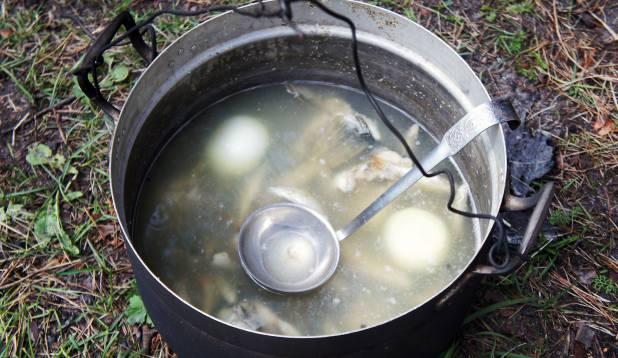 6.ASI ON MAITSES! Supp on valmis ja ootab sööjaid. Kalasupp Petseri moodi ei näe küll välja peen nagu mõne gurmeerestorani kreem-brülee, ent kalameeste jaoks on asi maitses!  Foto: Priit Kallas.
