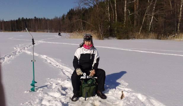 DAAM JÄÄAUGU ÄÄREST. Inga Soomes Karjalohjal lumiseid kalastajarõõme nautimas. Talv 2013. Foto: erakogu.