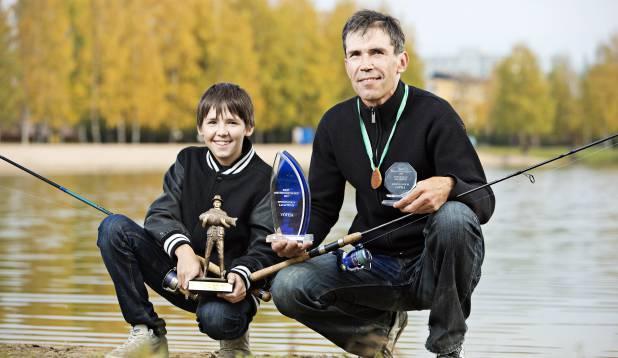 MÄNG NELJAL KÄEL. Isa ja poja auhinnakapp kipub viimastel aastatel täituma topeltkiirusega. Foto: Aivar Kullamaa.
