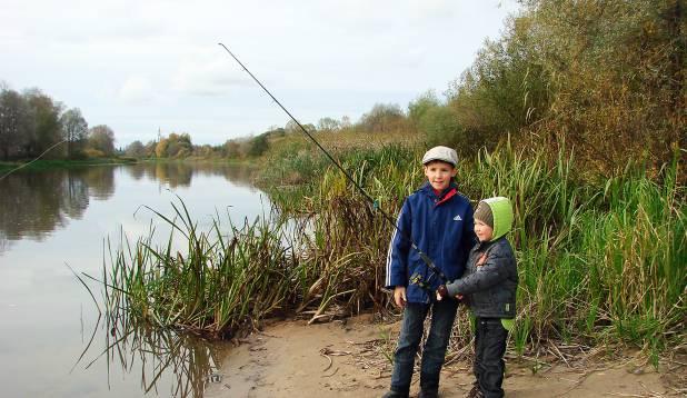 VENNAD KALAL. Kümneaastane Nikita kalal kolmeaastase venna Markiga.