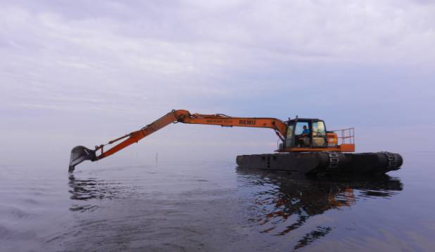 Sellel pildil toimub Varnja kanali süvendamine.