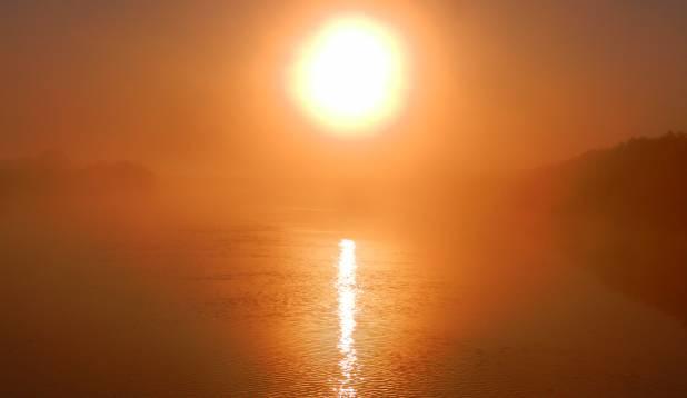 Tõusev maagiline tulekera Suure Emajõe kohal.