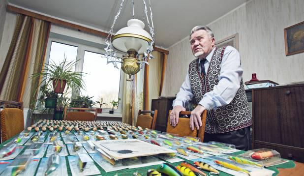 MAESTRO JA TEMA LOOMING. Vanameister Hans Soll oma valmistoodangu ja toorikutega. Foto: Aivar Kullamaa.