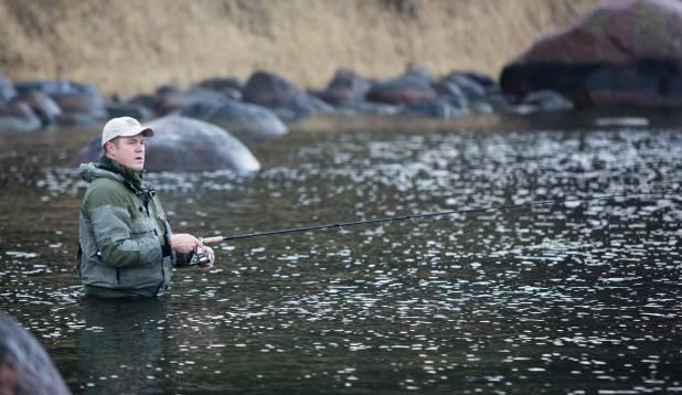 VAIKSELT VEES. Merikas on ettevaatlik kala. Teda püüdes tuleb hoolikalt jälgida, et kivid jalge all kokku ei kolksataks ja kale eemale ei peletaks. Foto: Aivar Kullamaa.