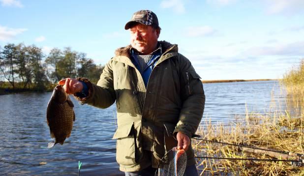 MEES KOGREGA. Aus pensionär Nikolai tunneb rõõmu kilosest kogrest. Sumbas on tal saaki veelgi. Foto: Aare Pai.