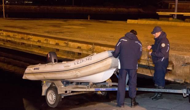 PAAT VETTE! Läheb tragimiseks öisel Pirita jõel. Foto: Aivar Kullamaa.