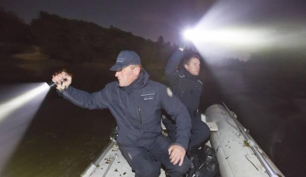 KUSKIL NAD ON… Inspektorid Aare Pai ja Erik Parts ööpimeduses röövpüüdjate võrke otsimas.  Foto: Aivar Kullamaa.