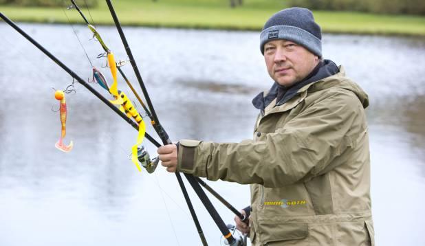 Allan Jaakus ja tema suure kala rakendus. Foto: Aivar Kullamaa.