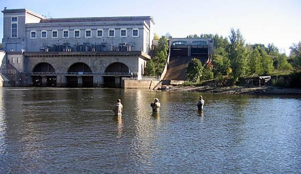 VÄÄRT KOHT. Kalamehed elektrijaama tammialusest noosi nõutamas. Foto: erakogu.