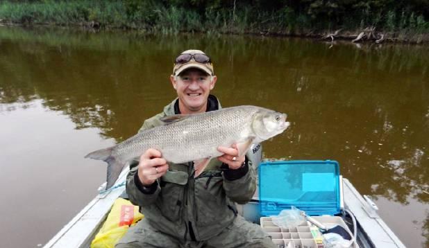 JUHTUB  KA NII. Ükskord poetas Ixa Emajõel püügipaika sõites oma 6 g sirpsaba paadi järele lohisema ja otsa tuli otsa 3,7 kg tõugjas. Pärast poseerimist ajab kala loomulikult jões oma asju edasi.