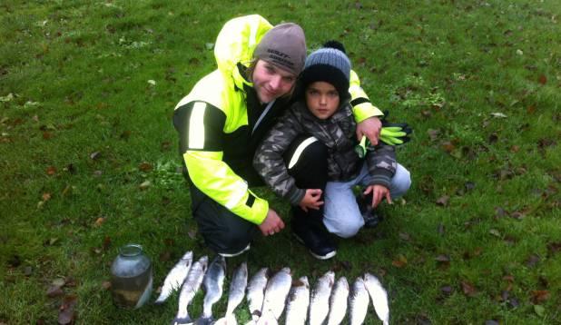 ISALT POJALE. Nagu Jaagup ise, hakkas juba lapsepõlves kalameheks ka tema poeg Robin. Foto: erakogu.