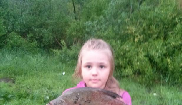 """KERLI TALM: """"Väiksest Emajõest juulis 2013 püütud latikas kaalus 700 g, püüdjaks Jacklyn Talm. Kala aitas välja tõmmata ema."""""""
