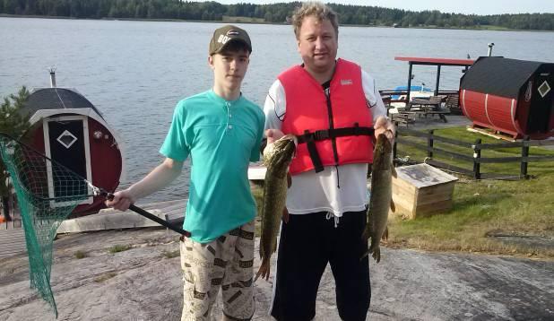 """URMAS ALLIKU: """"Käisime perega Rootsis puhkamas, nii sai koos poeg Jan-Jesajaga Norrtälje lähistel suvilate rajoonis Harka`s kalaõnne proovitud. Suurem kala oli 2 kg ringis, teine kala 1,5 või 1,4 kg."""""""