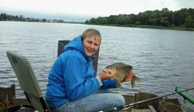 """ARNO NUUT: """"Pilt on tehtud Pärnu jõel. Latikas on püütud feederõngega varahommikul. Kaalu oli kalal 2,08 kg ja see on minu isiklik rekord."""""""