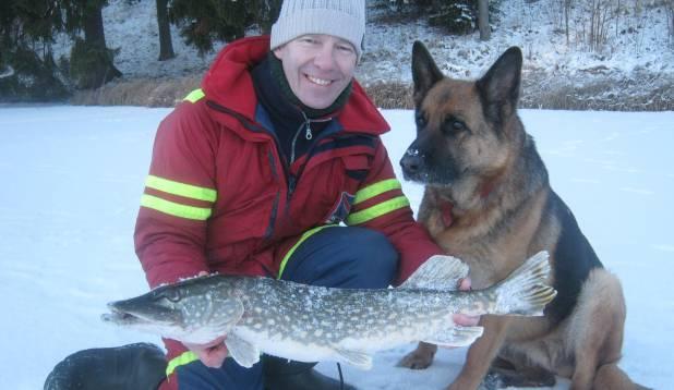 """URMAS MERESMA: """"Selle aasta esimene õnnelik kalaretk. Külma oli 16 kraadi.  Kalale läksin oma koera Steffiga. Õnn saatis meid 19. jaanuaril, kui püüdsime taliunnaga 4.220 kg haugi."""""""