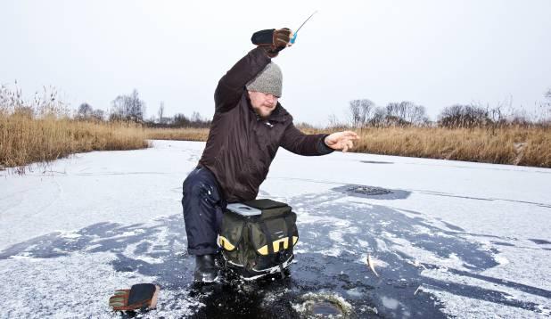 EELISTAB TALVE. Agole meeldib talvine kalapüük, sest see on hea põhjus end terveks päevaks värskesse õhku komandeerida. Foto: Aivar Kullamaa.