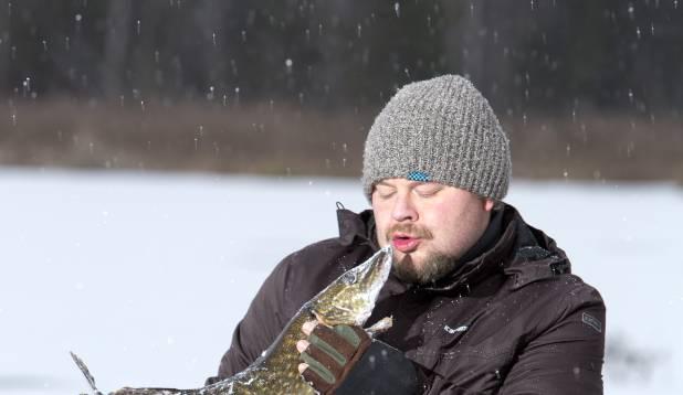 """PÄEVA NAEL. Ago sai päeva lõpus rõõmsalt koju sõita, Aasta Kalamehelt Igor """"Ixa"""" Naelalt kingiks saadud 1,8-kilone havi kotis. Foto: Aivar Kullamaa."""