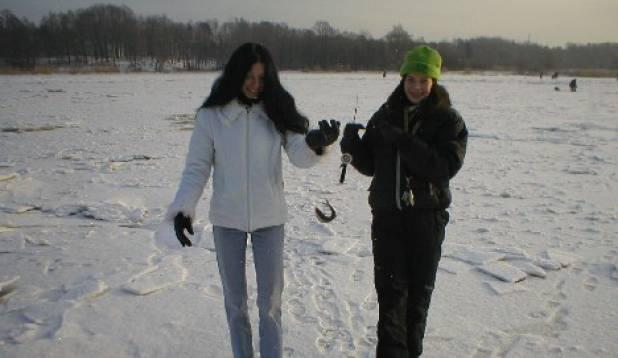 naised pärnu jõel