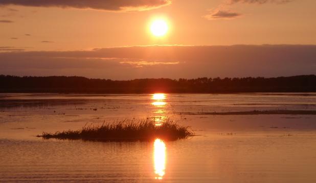 Päikeseloojang järvel.